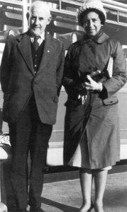 Hilde Firtel mit Frank Duff am Flughafen