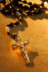 Das Kreuz und die Kette des Rosenkranzes sind eng miteinander verbunden...