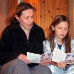 Mutter und Tochter beten die Legionsgebete